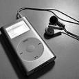 Popis funkcí iTunes, návod na import hudby pomocí iTunes, správy knihovny médií, synchronizace s iPodem.