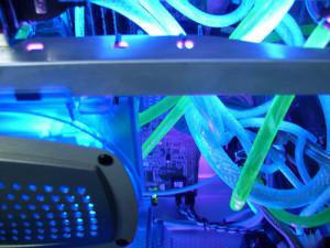 Toto není záběr ze scifi filu, ale pohled dovnitř počítače chlazeného vodou