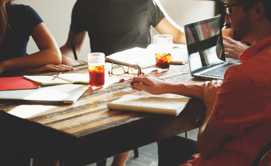 Virtuální kanceláře zažívají boom. Jak vlastně fungují? A jsou legální?