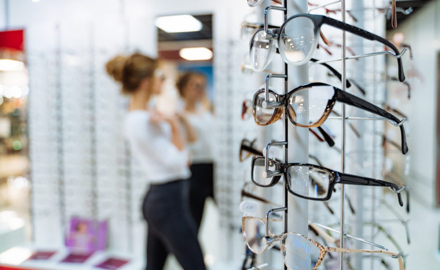 Na co se zaměřit při výběru brýlí, aby vám slušely?